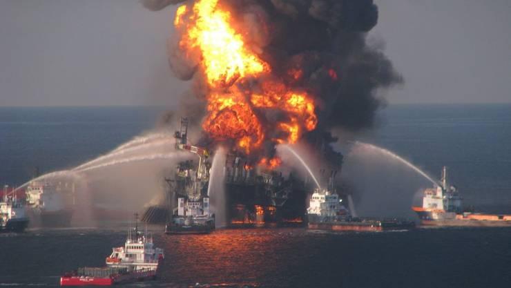 Erst gab es eine Explosion auf der Bohrinsel Deepwater Horizon, dann versank sie im Meer.