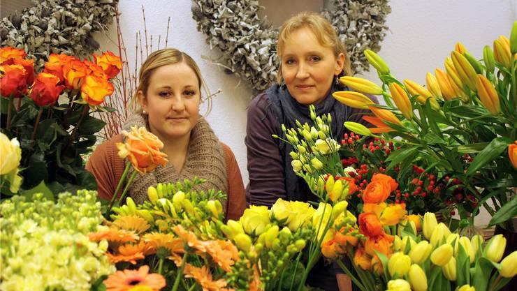 Die Floristinnen Céline Wiedemeier und Katja Amodio binden am Valentinstag vor allem Rosensträusse.