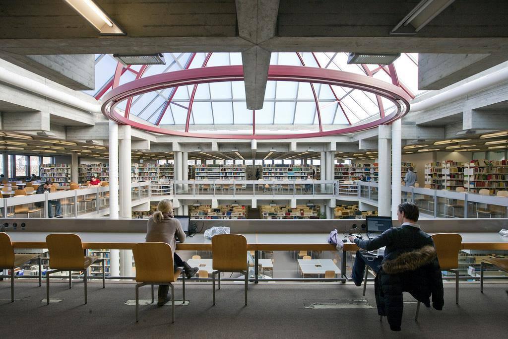 Das obere Stockwerk der Bibliothek ist direkt unter der Kuppel.