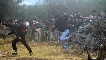 Stunden später öffnet Mazedonien die Grenze.