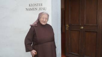 Schwester Maria Anna Felder vor den Eingang zum Kloster.