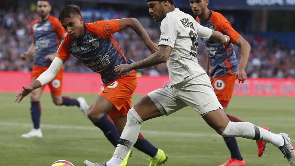 Neymar (rechts) geht in einen Zweikampf gegen Montpelliers Pedro Mendes