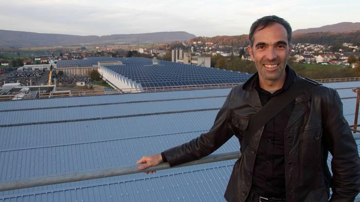 Projektleiter und Produktionsfläche: Vahan Bammerlin freut sich auf die letzte Etappe eines Riesenprojektes in Breitenbach. Das Dach im Vordergrund wird in wenigen Wochen auch mit Solarmodulen belegt sein und Strom produzieren.