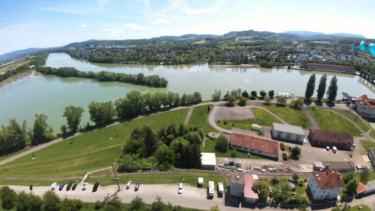 Die Energiedienst AG plant neben ihrem Kraftwerk in Wyhlen eine Wasserstofffabrik (vor den drei spitzen Pappeln). Für die Anwohner auf der anderen Rheinseite in Augst (rechts) und Kaiseraugst könnte das Lärm und Explosionen bedeuten.