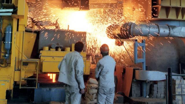 Zwei Stahlarbeiter bei der Arbeit (Archiv)