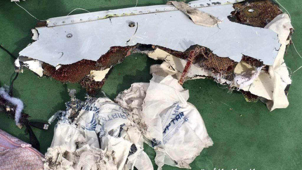 Das Bild aus der Sammlung des ägyptischen Verteidigungsministeriums zeigt Überreste eines Passagiersitzes der abgestürzten EgyptAir-Maschine.