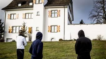 Junge Straftäter vor dem Schloss, dem Wahrzeichen des Massnahmenzentrums.