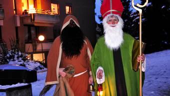 Der Santichlaus und der Schmutzli aus dem «Come Back Glöbb» gehen in den traditionellen Bischofskostümen zu den Kindern auf Besuch. Foto: Niz