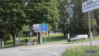 Der kürzeste Weg führt für viele Fussgänger vom Kreisel durch den Park Königsfelden – zum Leidwesen der Autofahrer. CM