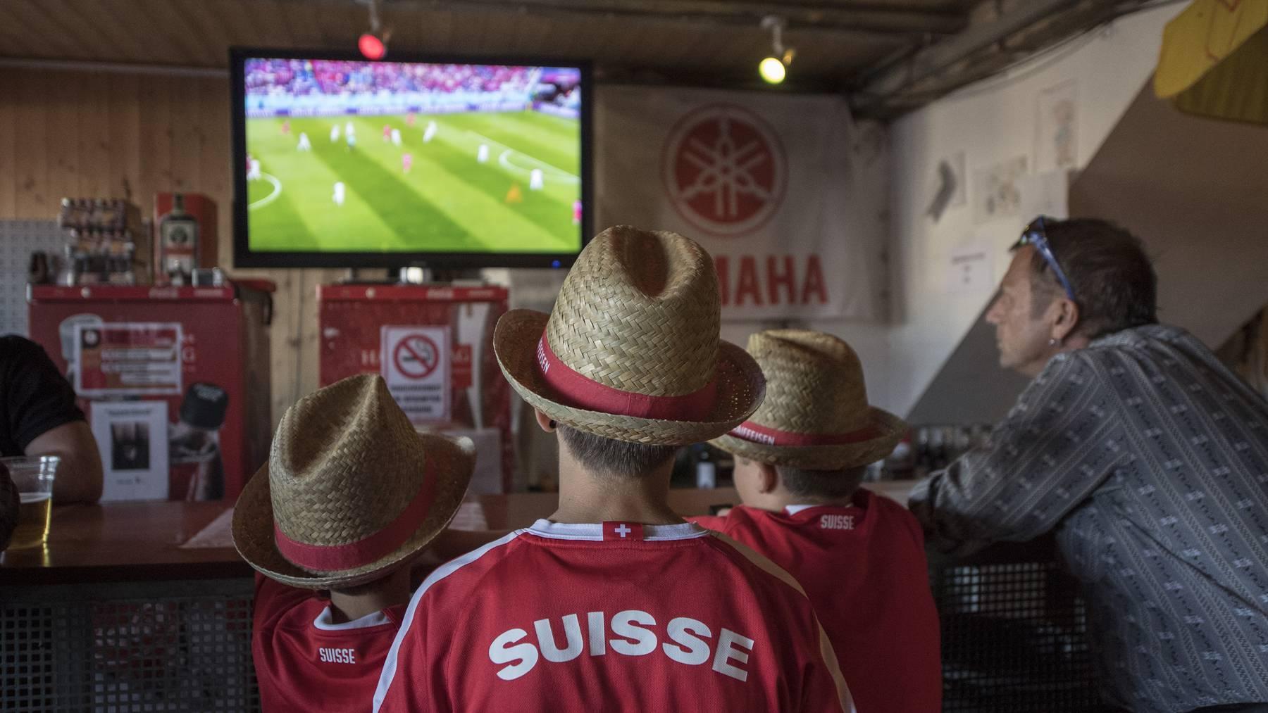 Schweizer Fussball Fans schauen das Spiel der Schweizer Fussball Nationalmannschaft gegen Serbien in einer Bar anlaesslich des 62. Zentralschweizer Jodlerfest vom Freitag, 22. Juni 2018 in Schoetz im Kanton Luzern.