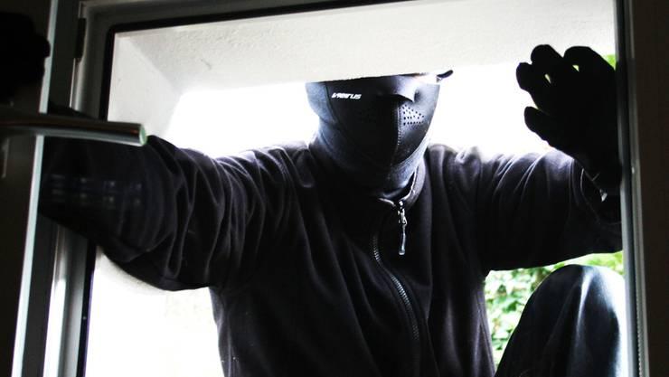 Der Einbrecher gelangte über ein offenes Fenster in die zweite Wohnung. (Symbolbild)