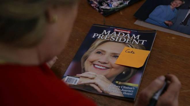 Einen Tag vor der Wahl signierte Hillary Clinton eine «Newsweek»-Ausgabe, die der Verlag für den erwarteten Fall ihres Siegs vorbereitet hatte. Foto: J. Sullivan/Getty