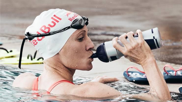 Daniela Ryf gönnt sich beim Schwimmtraining auf Hawaii 2017 einen Schluck. Ihr Streben nach Perfektion geht trotz drei Hawaii-Siegen in Folge weiter.Jesper Gronnemark/Red Bull Content Pool