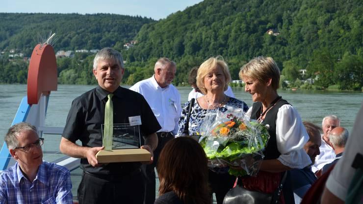 Waldshuts Oberbürgermeister Martin Albers überreicht Heidi Wanner das Brückengeschenk.