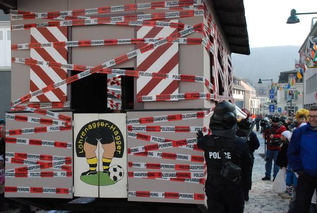 Geimeindehaus Aesch unter Bombendrohung und Polizeischutz. Wagen der Löhrenagger-Hagger.