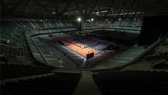 Aus der vorderen Hälfte des Fussballstadions wurde ein Tennisstadion. Der Rasen liegt in zwei Schichten in der hinteren Hälfte.
