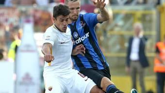 Zweikampf zwischen dem Römer Diego Perotti (vorne) und dem Atalanta-Spieler Jasmin Kurtic