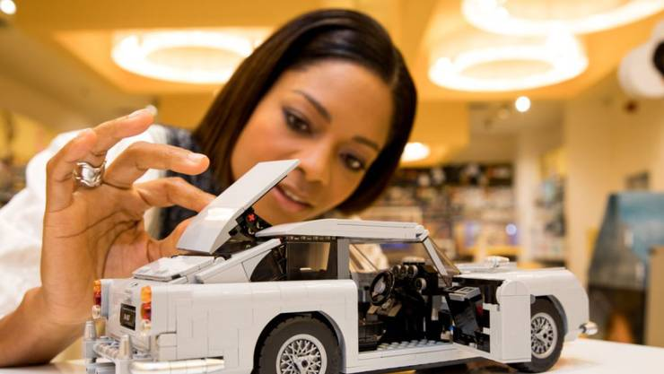 """Ms. Moneypenny""-Darstellerin Naomie Harris präsentiert James Bonds Aston Martin DB5 aus Lego-Steinen. (Pressebild Lego)"