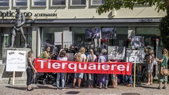 Tierschützer äussern vor dem Ratsgebäude in Frauenfeld ihrem Unmut über den mutmasslichen Fall von Tierquälerei in Hefenhofen. (Archiv)