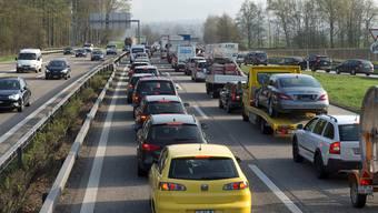 Stau auf der Autobahn A1 bei Luterbach: Die Autobahn soll auf sechs Spuren ausgebaut werden. Dieser soll aber umweltverträglich geschehen, wird gefordert.