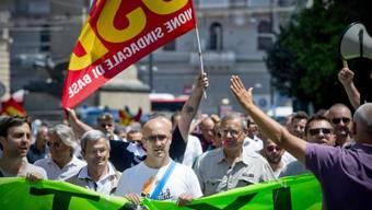 Taxifahrer demonstrieren gegen die Uber-App in Neapel (Archiv)