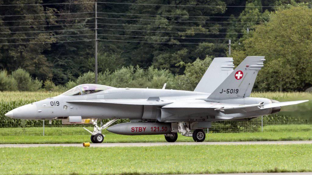 Ein F/A-18 Kampfjet startet auf dem Flugplatz in Meiringen BE. Zwei Jets dieses Typs und ein Leichtflugzeug sind über Altendorf SZ beinahe kollidiert. (Archivaufnahme)