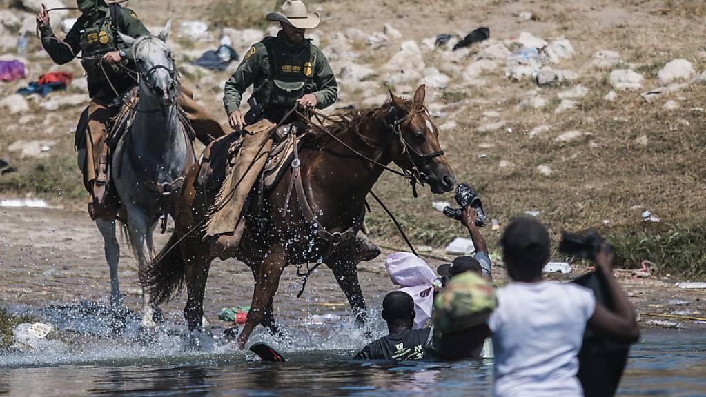 Beamte der US-Zoll- und Grenzschutzbehörde am Rio Grande. Foto: Felix Marquez/AP/dpa