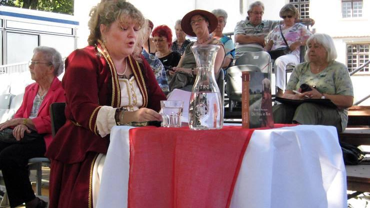 Die im Seetal aufgewachsene Autorin Margot S. Baumann stellte ihren Roman im Schloss Hallwyl vor.