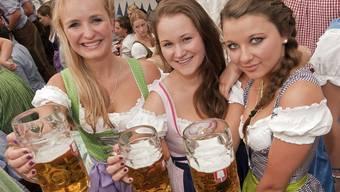 Bier in Deutschland - ein Stück Volkskultur, hier am Oktoberfest in München (Archiv)