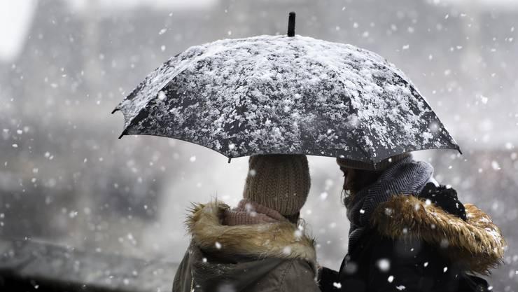 Am Dienstag bringt eine Kaltfront Schnee in die Schweiz: Wahrscheinlich gibt es auch in tiefen Lagen Flocken. (Symbolbild)