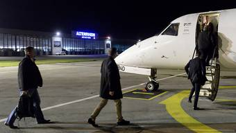 """Fluggäste besteigen einen Jet der Airline """"People's Viennaline"""" in Altenrhein SG (Archivbild)"""