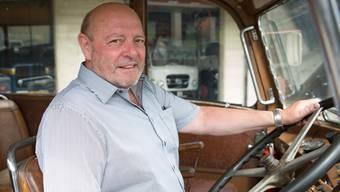 Ulrich Giezendanner – hier am Steuer eines seiner Oldtimer – ist um die Sicherheit seiner Chauffeure besorgt. (Archiv)
