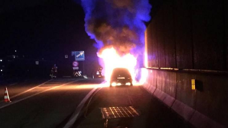 Auf der Autobahn A2 bei Sissach ist in der Nacht auf Donnerstag ein Personenwagen in Flammen aufgegangen.