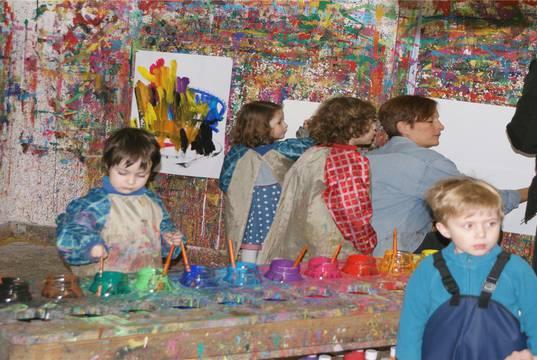Die jüngeren Kinder dürfen sich im Malatelier nach Herzenslust mit Pinsel und Farbe kreativ ausleben.