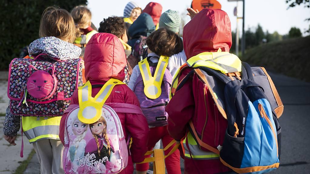 Viele Kinder sind ab Montag wieder auf dem Schulweg. Um Unfälle zu verhindern, sollen Auto- und Velofahrer an Fussgängerstreifen ganz angehalten. (Archivbild)