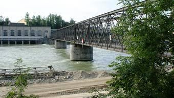 Teil der Geschichte: Der 2010 abgerissene Eisensteg beim Einstieg zum alten Kraftwerk.