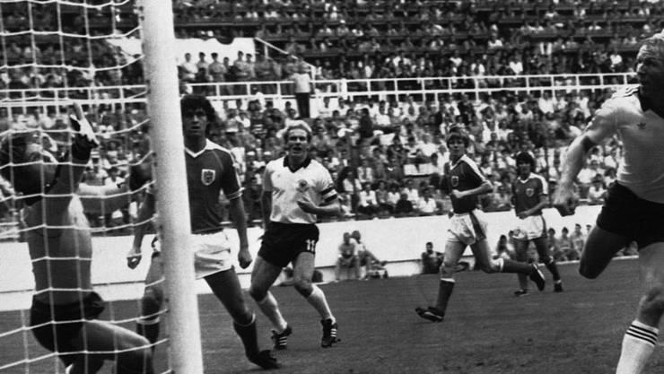 Der Ball fliegt nach dem Kopfball von Horst Hrubesch ins Tor, danach spielen Deutsche und Österreicher kaum noch Fussball