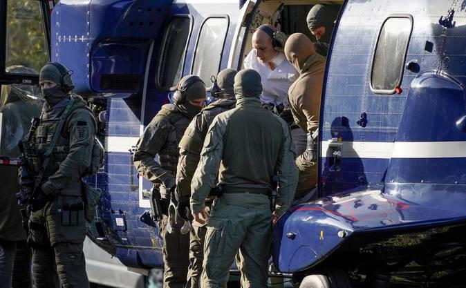 Der Täter wurde per Hubschrauber eingeflogen. Die Sicherheitsvorkehrungen sind immens.
