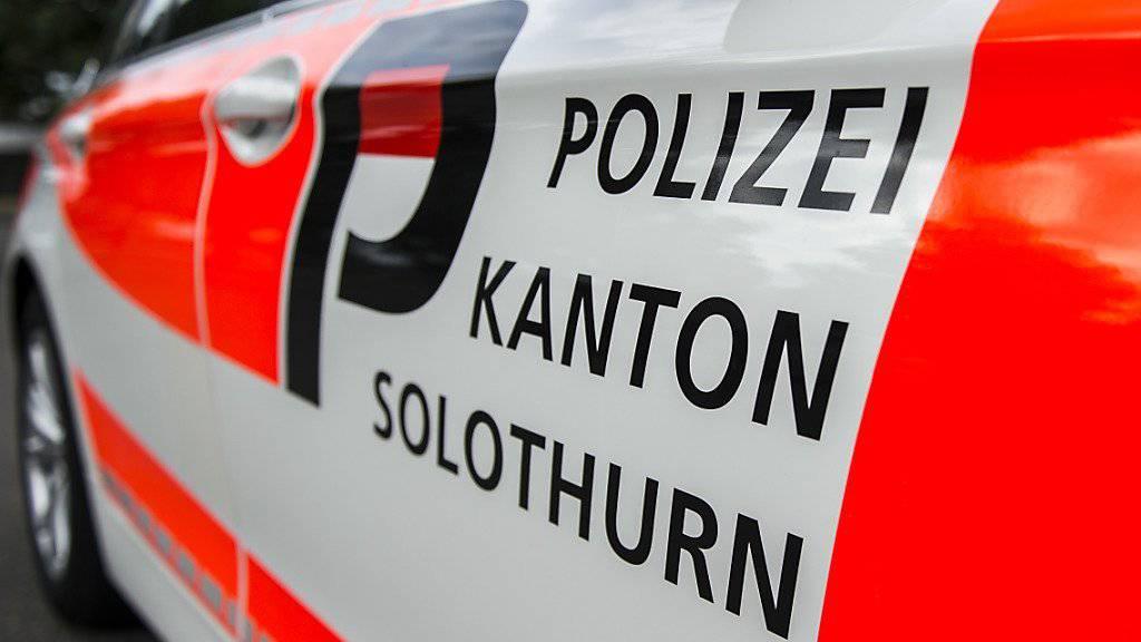 In Kestenholz SO hat die Solothurner Kantonspolizei eine tote Person neben einem ausgebrannten Auto aufgefunden. Die Hintergründe sind noch unklar.