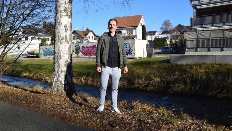 Der Wohler Cyril Bouilloux am Ufer der Bünz, deren Wasser er mehrere Wochen auf Mikroplastik untersuchte.