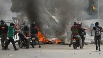 Bolivien findet keine Ruhe: Bei Ausschreitungen sind am Mittwoch zahlreiche Personen verletzt und ein Mann getötet worden.