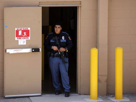 Ein Polizist bewacht einen Notausgang in dem Einkaufszentrum in El Paso.