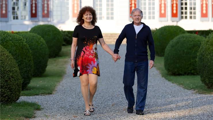 Christina und Christian Boss, zweit spät berufene Autoren, vor dem Schloss Thunstetten im Oberaargau.zvg