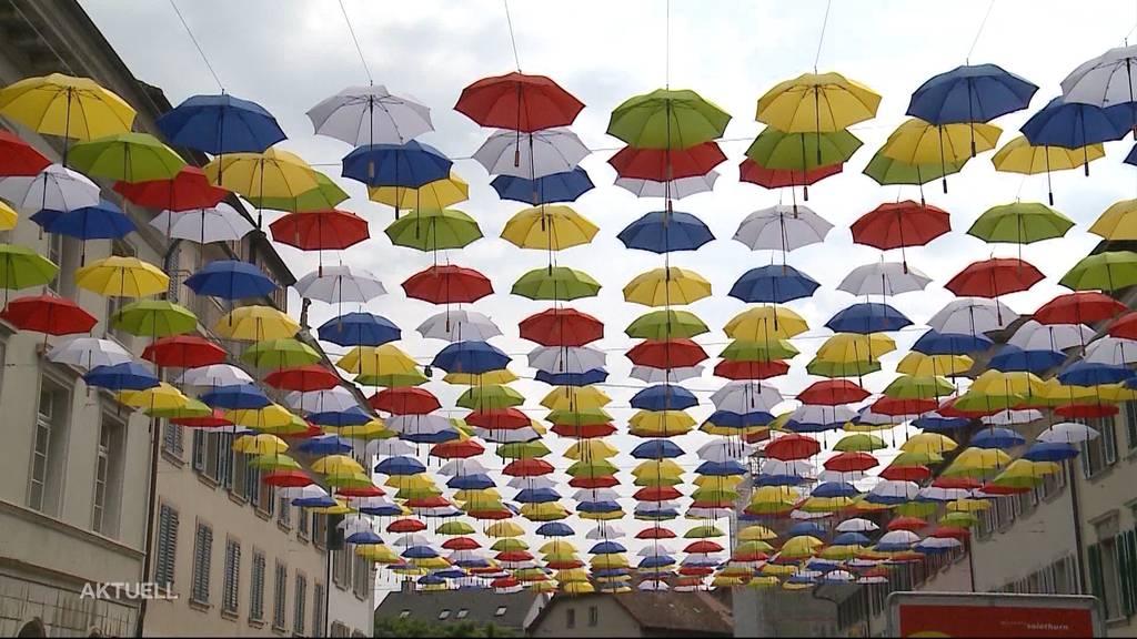 Nach 4 Monaten als Kunstwerk: 500 Regenschirme werden in Olten gratis abgegeben