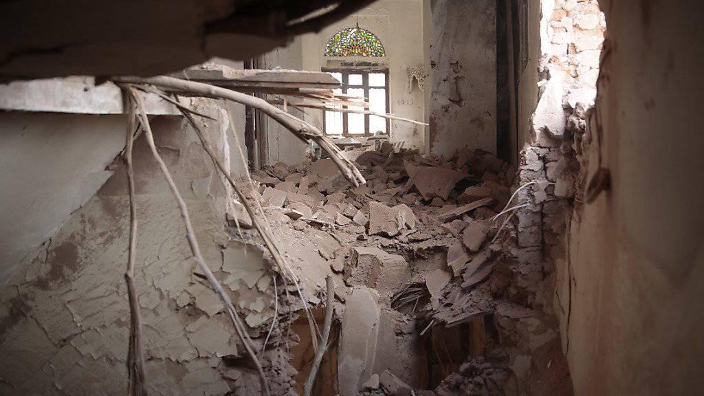 Ein zerstörtes Gebäude nach Luftschlägen im Jemen (Archiv).