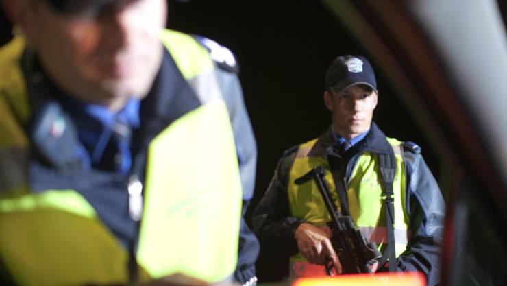 Die Kantonspolizei Aargau kontrolliert Verdächtige.