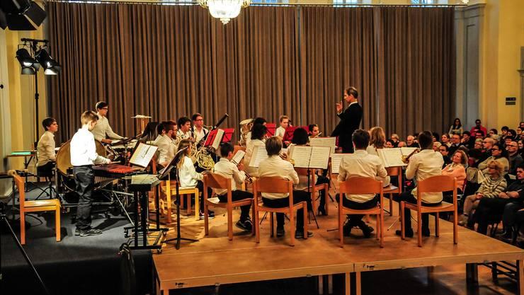 Die Jugendmusik Muri mit Dirigent Karl Herzog an ihrem Jahreskonzert im Festsaal Muri. Toni Widmer