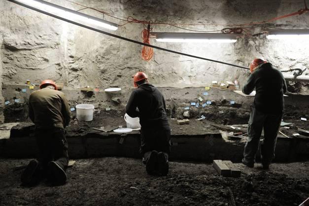 Fachleute und Archäologen suchen auf der Baustelle unter dem Theaterplatz nach bis zu 5000 Jahre alten Kulturschätzen aus der Pfahlbauerzeit