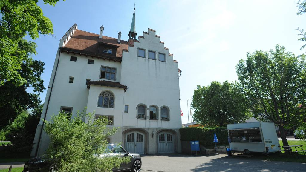 Der Mann steht vor dem Bezirksgericht Münchwilen.