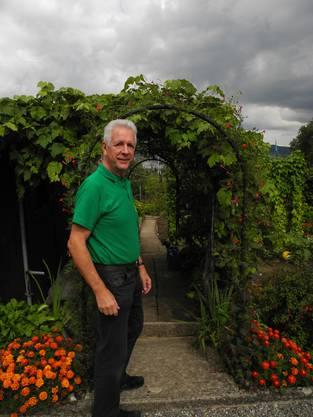 Er heisst Besucher willkommen vor seiner Gartenparzelle.